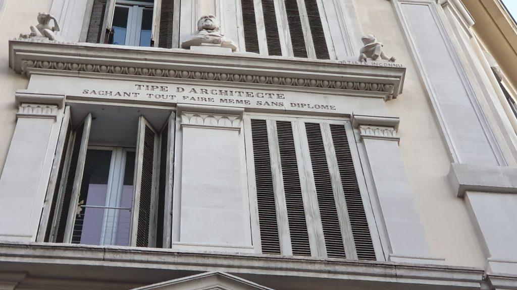 Signature de l'édifice, à quoi renvoie le nom de l'architecte ?